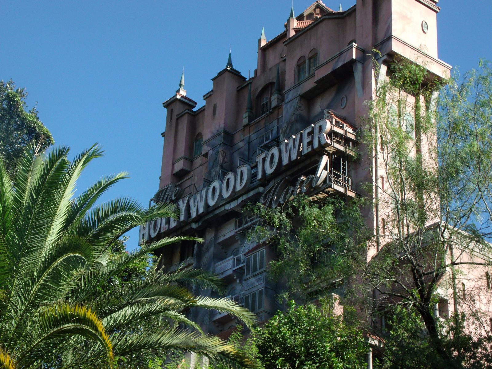 exterior of hollywood tower ride